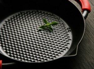 Staub Hexagon - Antihaftwirkung durch Wabenboden